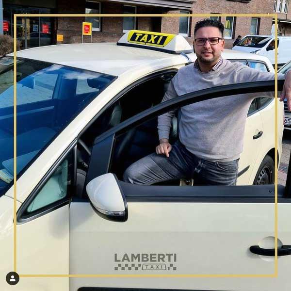 Lamberti Taxi Fahrer steht vor dem Taxi am Bahnhof Oldenburg